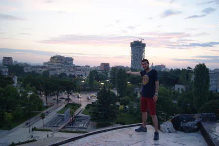 Piramitin tepesinden ben ve Tirana manzarası..