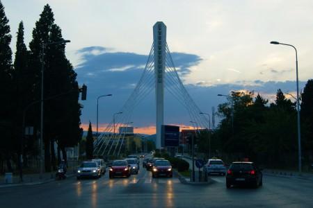 Yeni mimariyle yapılmış Milenyum Köprüsü (Moraca nehri üzerinde)