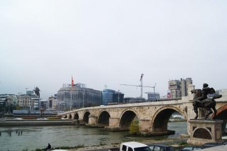 Vardar Nehri üzerinde bulunan Taşköprü ya da Fatih Sultan Mehmet köprüsü. Arkadaki bina Arkeoloji Müzesi.