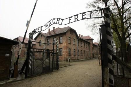 Kampın girişinde yazan ve tarihin en büyük yalanlarından kabul edilen 'arbeit macht frei' yani 'çalışmak insanı özgürleştirir' tabelası